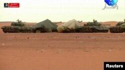 Алжирдегі исламшыл топ кепілге алғандарды босату операциясында жүрген танктер. 17 қаңтар 2013 жыл.