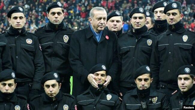 Tayyip Erdogan polislərlə birgə, Beçiktaş, Vodafon Arena, Istanbul, 22 dekabr 2016