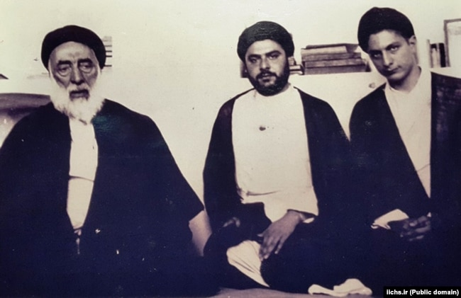 رضا صدر (وسط) در کنار پدرش صدرالدین صدر و برادرش موسی صدر