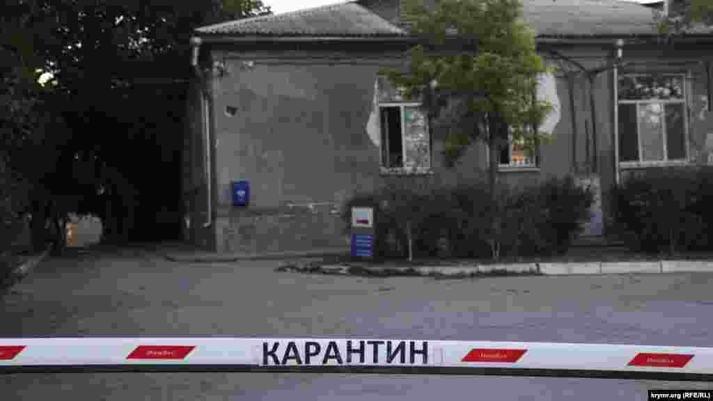 Карантин на карантине. Надпись на въезде на территорию городской больницы