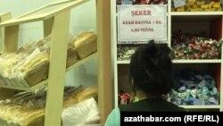 Бакалейный отдел в продуктовом магазине Ашхабада.