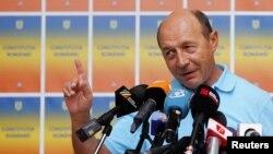Траян Бэсеску празднует провал референдума о досрочном прекращении его полномочий в качестве президента Румынии.