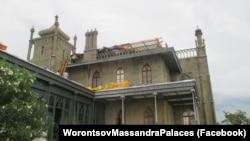 Главный корпус Воронцовского дворца, затопленный дождем 7 июня