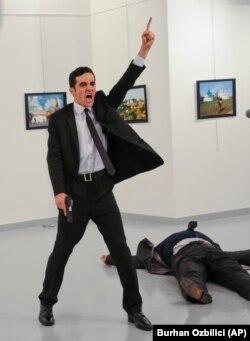 Мевлют Алтынташ в момент убийства российского посла Андрея Карлова