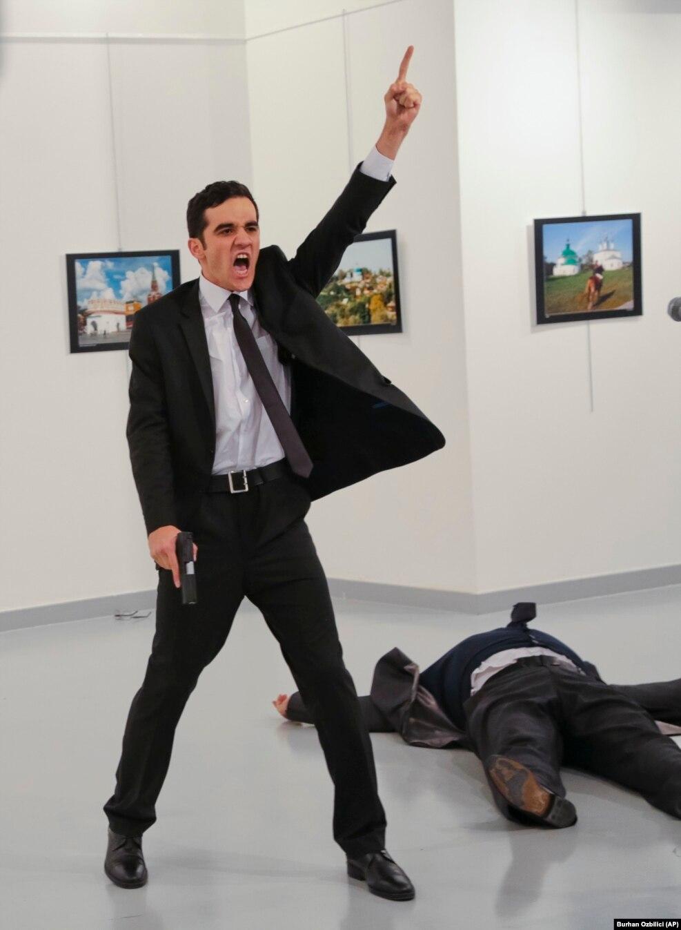 یک مامور پلیس ضدشورش،در نوزدهم دسامبر، آندری کارلوف سفیر روسیه در ترکیه را در گالری هنری در آنکارا کشت.