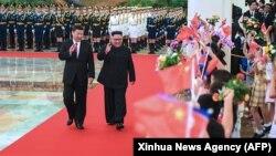 Presidenti kinez, Xi Jinping (majtas) dhe lideri verikorean, Kim Jong-un, foto nga arkivi.