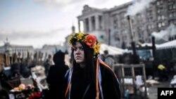 Киевтегі Тәуелсіздік алаңында тұрған демонстрант. 24 ақпан 2014 жыл.