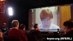 Сестра Сенцова Наталія Каплан відповідає на запитання відвідувачів кінотеатру «Ліра»