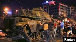 Türkiyədə etirazçılar orduya qarşı.