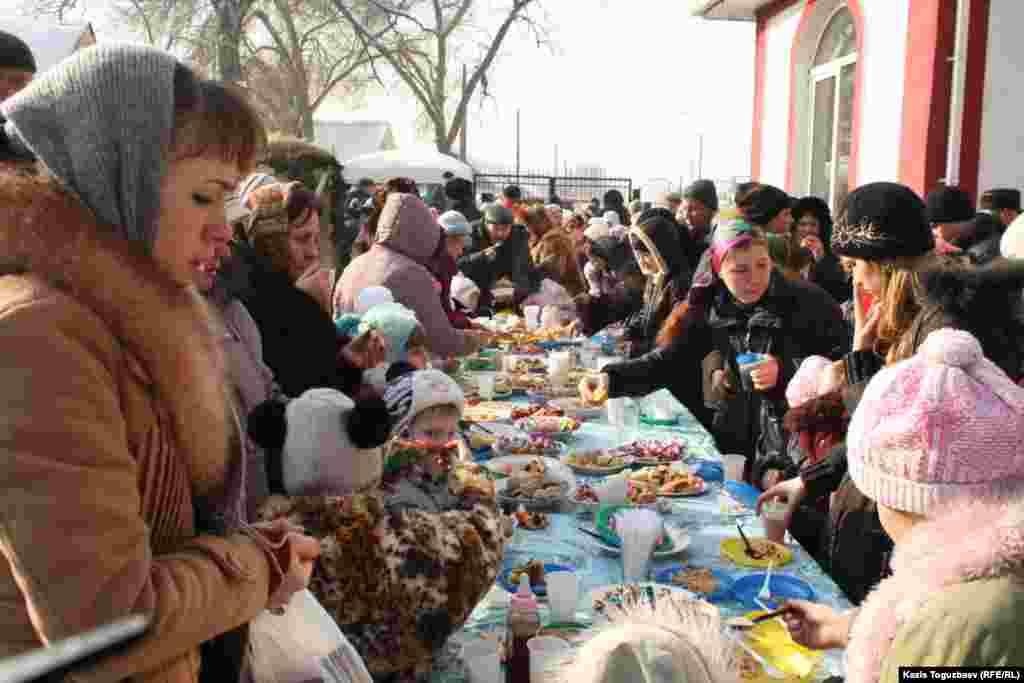 Жители Алматы накрыли праздничный стол в честь Рождества.Алматы, 7 января 2013 года.
