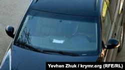 Водитель оставил медицинскую маску на приборной панели автомобиля