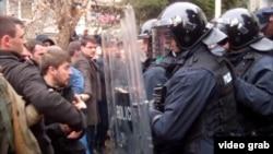Pamje nga përplasja e policisë së Kosovës me studentët gjatë protestës së sotme në Prishtinë