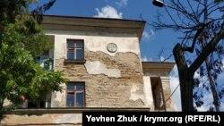 Барельеф с Памятником затопленным кораблям на доме №19 по улице Михаила Дзигунского