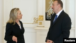 Azerbaijan -- President Ilham Aliyev (R) chats with US Secretary of State Hillary Clinton at the presidential Zagulba residence in Baku, 06Jun2012