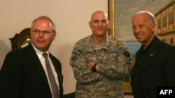 بايدن مع الجنرال أوديرنو والسفير هيل