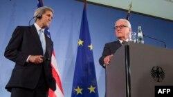 جان کری (سمت چپ) و والتر اشتانمایر، وزیران امور خارجه آمریکا و آلمان در یک نشست خبری مشترک در روز پنجشنبه.