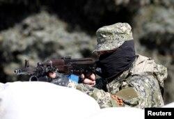 Озброєний проросійський активіст біля захопленої Константинівської міськарадм, 28 квітня 2014 року