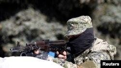 Silahlı qrupla.manın üzvü Ukraynanın Konstantinovka şəhərində. 28 aprel 2014