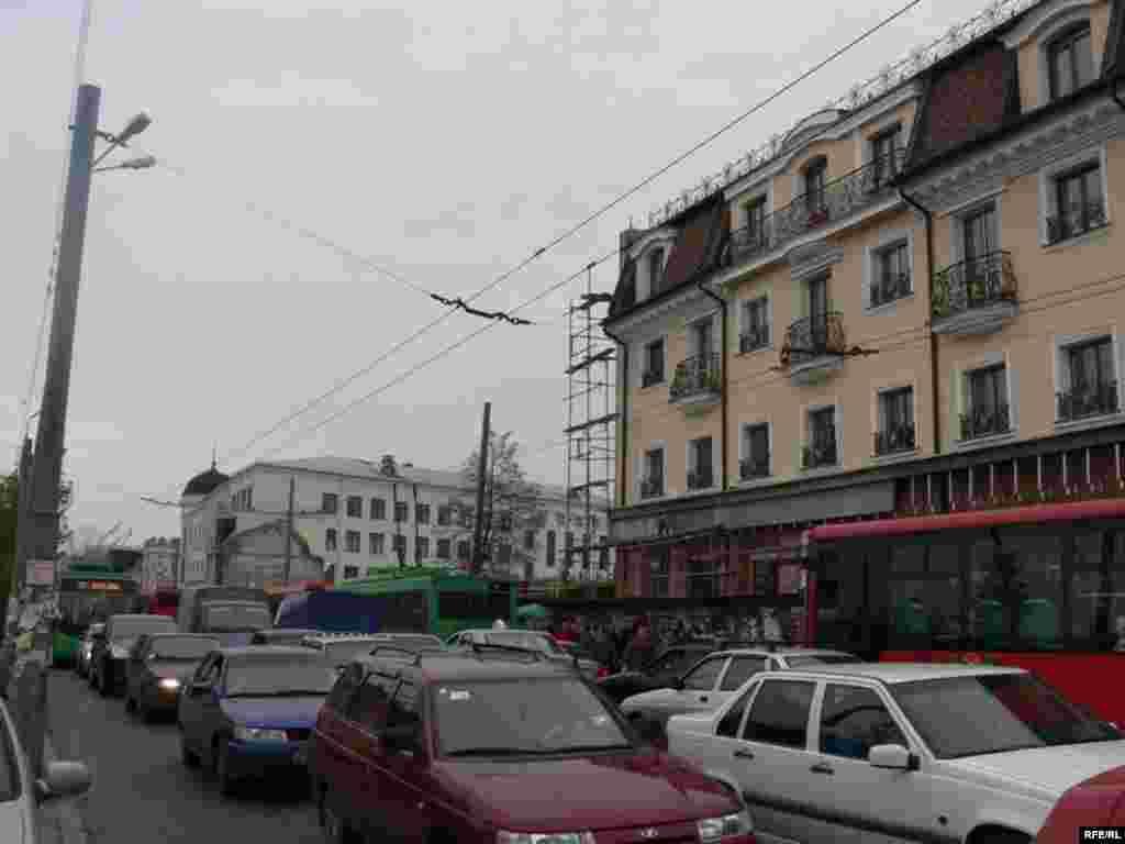 Мәскәү урамында транспорт йөреше кырмыска күчен хәтерләтә