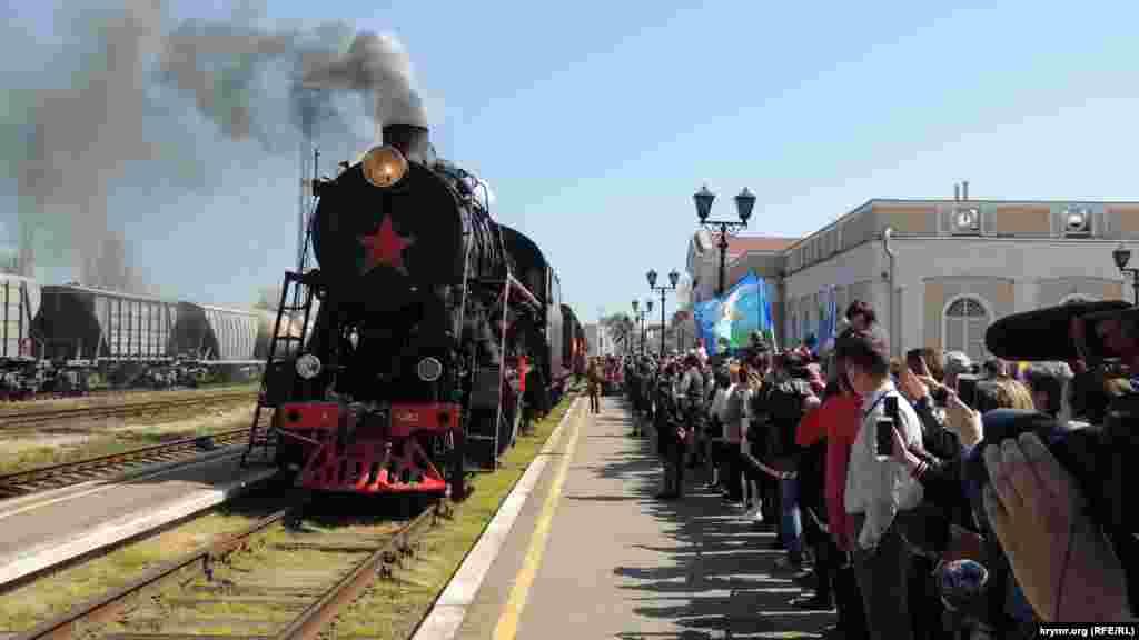 Keriçke «Ğalebe treni» köçüci muzeyi keldi. Tantanalı tedbirge mektepliler ve pensionerler keldi