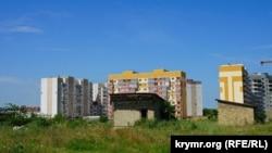 Многоэтажки фирмы «Консоль» и самострои на месте, где планируется строительство микрорайона «Крымская роза». Симферополь, 2 июля 2017 года