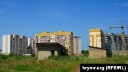 Многоэтажки и самострои на месте, где планируется строительство микрорайона «Крымская роза». Симферополь, 2 июля 2017 года