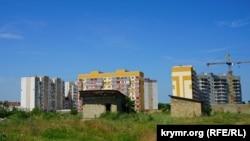 Багатоповерхівки фірми «Консоль» і самобуди на місці, де планується будівництво мікрорайону «Кримська роза»