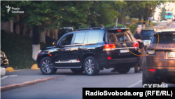 Вихід і посадку Котвіцького до авто у центрі Києва супроводжує охоронець з автоматом