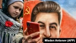 Селфи с портретом Сталина на Красной площади