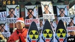 Demirgazyk Koreýanyň raketa uçurmagyna protest bildirip, Günorta Koreýanyň paýtagty Seulda ýöriş geçirilýär, 12-nji dekabr, 2012