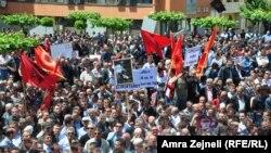 Косоводогу согуш ардагерлеринин демонстрациясы. Алар мурда көз карандысыздык үчүн күрөшкөндөрдүн бешөө камалганына нааразылык билдиришкен. Приштина, 27-май, 2013-жыл.