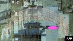 Обвалена ділянка даху (рожева позначка) і одна з арок майбутнього нового укриття, фотомонтаж Держатомрегулювання, 13 лютого 2013 року