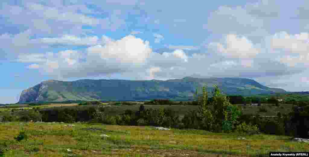 Пещера Эмине-Баир-Хосар расположена на нижнем плато массива Чатыр-Дага. Впереди – верхнее плато Чатыр-Дага с горами Ангар-Бурун (1453 м) и Эклизи-Бурун (1527 м)