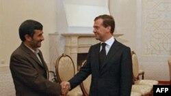 دميتری مدوديف روز پنجشنبه با محمود احمدی نژاد در تاجیکستان دیدار کرد. (عکس از AFP ).