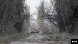 Дорога між Донецьком та селом Піски, недалеко від міжнародного аеропорту в Донецьку, 13 квітня 2015 року