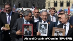 """Александр Вучич (слева), Беньямин Нетаньяху (второй справа) и Владимир Путин на шествии """"Бессмертного полка"""""""