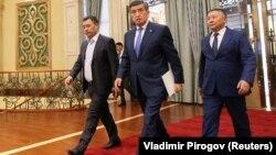 Бывший президент Кыргызстана Сооронбай Жээнбеков, премьер-министр Садыр Жапаров и спикер парламента Канатбек Исаев на внеочередной сессии парламента в Бишкеке, Кыргызстан, 16 октября 2020 года.