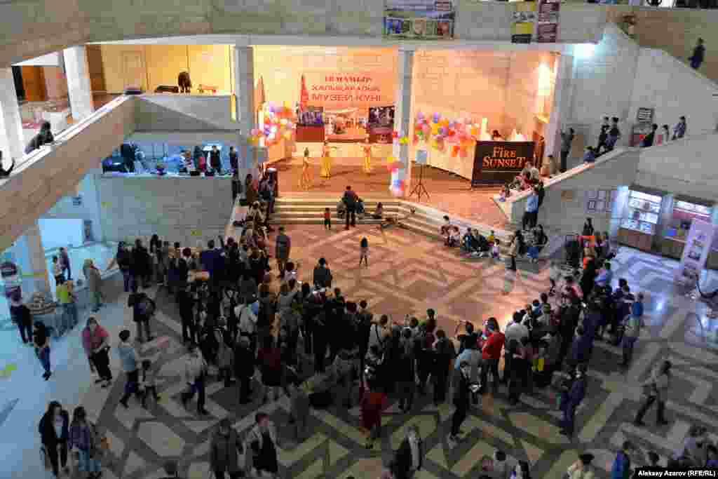 В фойе ЦГМ по традиции проходил праздничный концерт.