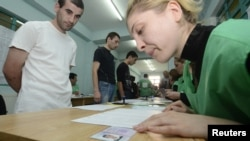 Грузинські в'язні отримують бюлетені під час голосування в колонії Ґлдані