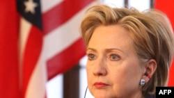 АКШнын Мамлекеттик катчысы Хиллари Клинтон Кытайдагы сапары учурунда эки өлкөнүн соода алакаларына басым жасары күтүлүүдө.