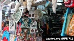 Изделия в национальном стиле, выставленные на продажу на алматинском рынке. 16 июня 2016 года.