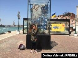 Евгения Моляр перед инсталляцией Никиты Кадана возле украинского павильона в Венеции.