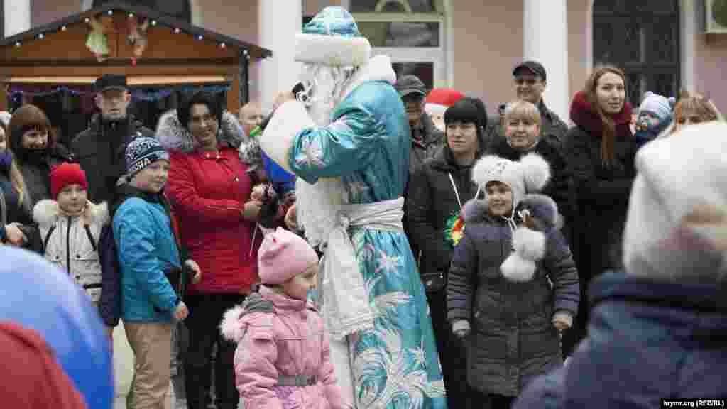 Ведучий у костюмі Діда Мороза грає з дітьми
