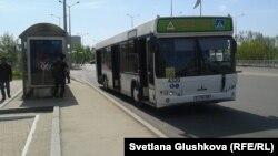 Аялдамада тұрған автобус. Астана, 8 мамыр 2014 жыл.