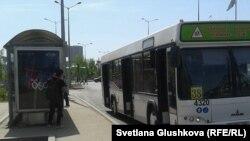 Автобус на останове в Астане. Иллюстративное фото.