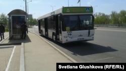 Автобус на остановке в Астане.