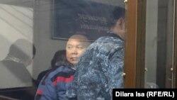 Амангельды Батырбеков в огороженном стеклом отсеке для подсудимых в зале суда. Туркестан, 12 ноября 2019 года.
