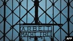 Бұрынғы нацистік Дахау концлагерінің темір қақпасы. 18 тамыз 2013 жылы түсірілген сурет.