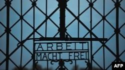 """Ворота нацистского концлагеря в Дахау с надписью """"Работа освобождает"""""""