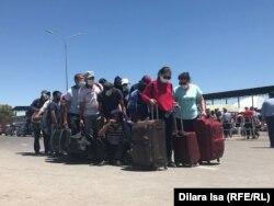 Граждане Узбекистана, ожидающие возможности перейти границу, 3 июля 2020 года.